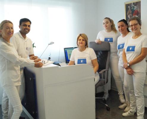 Team von Zahnarzt Dr. Hossain Shah Noor und Dr. medic. stom. (R) Elena Pasternak am Römerkastell.